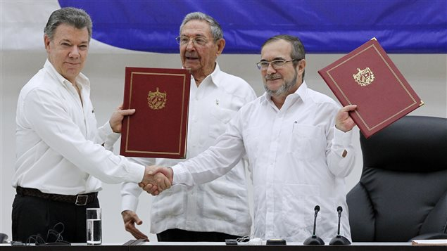Los presidentes de Colombia y Cuba, Juan Manuel Santos y Raúl Castro, y el jefe máximo de las FARC, Timoleón Jiménez, alias Timochenko, al momento de la firma del cese el fuego bilateral.
