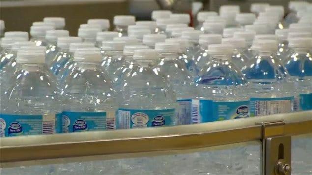 Des bouteilles d'eau Nestlé