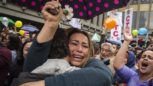 Civiles festejaron el 23 de junio de 2016, al anuncio de la firma del acuerdo bilateral de cese el fuego entre el gobierno colombiano y las Fuerzas Armadas Revolucionarias de Colombia, FARC.
