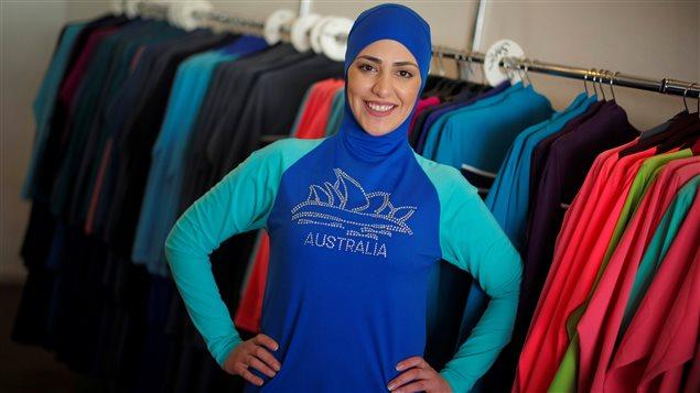 عارضة الأزياء سلوى الرشيد تعرض لباس البحر البوركيني من تصميم الاستراليّة من أصل لبناني أحيدة زيناتي