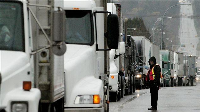 Des camions attendent au poste frontalier de Surrey, en Colombie-Britannique, près de Blaine, dans l'État de Washington (2003).