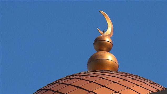 La tragédie dans la mosquée de Québec survient à la fin d'un week-end au cours duquel des dizaines de personnes ont été détenues dans des aéroports américains et des milliers d'autres ont protesté en Amérique du Nord à la suite d'une interdiction temporaire des déplacements et des réfugiés concernant sept nations musulmanes que le nouveau président Donald Trump a signée dans un ordre exécutif.