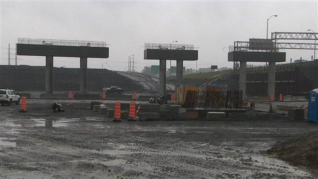 À Brossard, la culée du futur pont Champlain en direction est est presque terminée.
