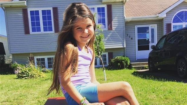 La petite Maya Tardif, 6 ans, et sa bo�te � lire