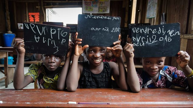 Agathe (8 años), Rosine (11 años) y Lucresse (7 años) presentan su pizarra en la que escribieron la fecha (viernes primero de abril 2016). Estas 3 niñas no sabían ni leer ni escribir y comenzaron a estudiar gracias al proyecto Assovie.