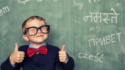 Les enfants bilingues ont non seulement une plus grande flexibilité cognitive que les enfants unilingues, mais ils sont notamment meilleurs que leurs camarades unilingues à un certain type de contrôle ou de discipline mentale.Andrew Rich via Getty Images