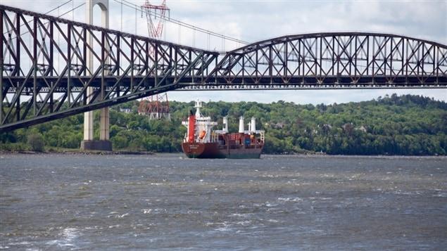 Le pont de Québec vu du fleuve Saint-Laurent.