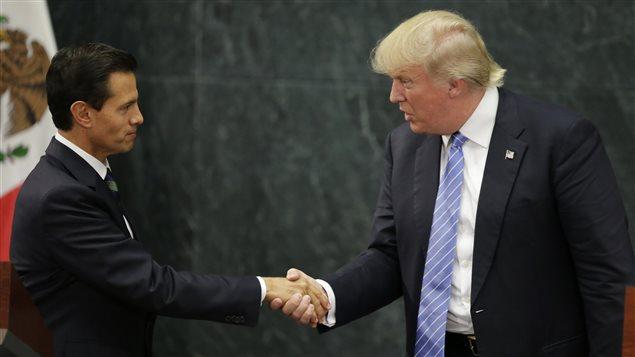 Le président mexicain Enrique Peña Nieto et le candidat républicain à la présidentielle américaine Donald Trump se serrent la main, le 31 août 2016.