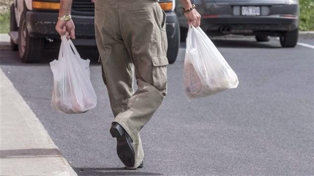بدأ العمل منذ يوم أمس بقرار حظر توزيع الأكياس البلاستيكية الخفيفة في متاجر التجزئة في مونتريال.
