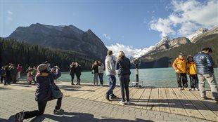 Des touristes immortalisent leur passage au lac Louise, en Alberta.