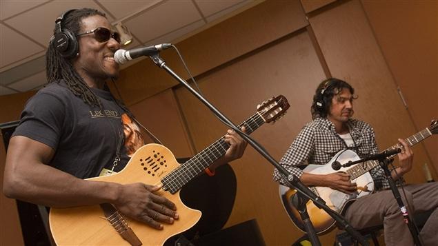 Wesli Louissaint en prestation avec le guitariste Jean-Frédéric Lizote