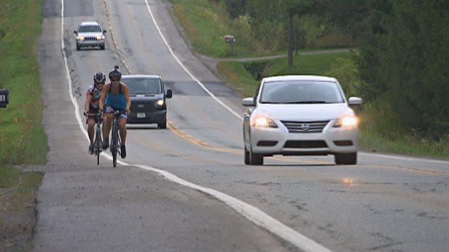 Des cyclistes qui circulent en bordure de la route