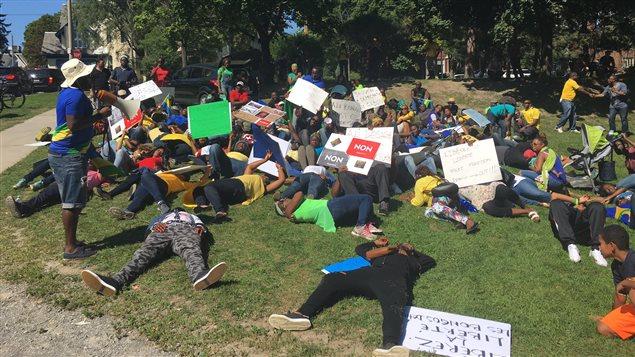 Des Gabonais manifestent devant l'ambassade du Gabon à Ottawa.