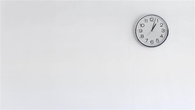Une horloge sur un mur blanc