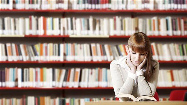 Un étudiante lit un livre