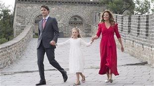 Justin Trudeau, son épouse Sophie Grégoire-Trudeau et leur fille Ella-Grace sur la grande muraille de Chine. PHOTO : ADRIAN WYLD