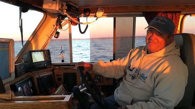 Art Geatan est un pêcheur récréatif de requin avec remise à l'eau. Il a plus de 17 ans d'expérience. Il travaille avec les scientifiques.  Il s'inquiète de voir beaucoup moins de requin cette année dans l'Atlantique.