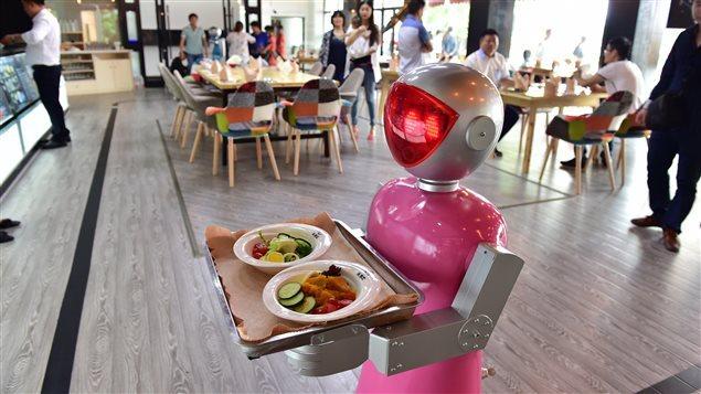 Un robot-serveur représentant une femme dans un restaurant de Yiwu, en Chine.