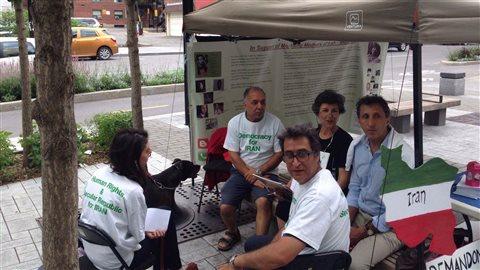 Le député québécois Amir Khadir (en chemise bleu) et d'autres militants pour les droits de l'homme lors de leur grève de la faim à MontréalCrédit photo : Amir Khadir/twitter