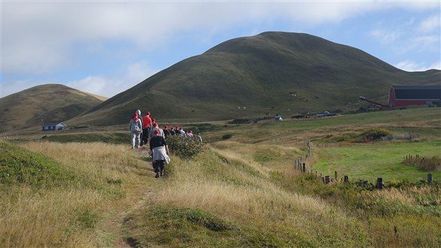 Randonnée pédestre en équipe, dans le décor enchanteur des Îles-de-la-Madeleine.