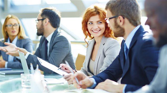 Une femme heureuse au travail