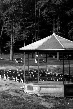 The Mont Royal bandstand in 1945 with benches for the audience.