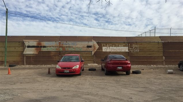 Une section du mur séparant présentement le Mexique des États-Unis, vue de la ville mexicaine de Los Algodones, au sud de l'État de l'Arizona