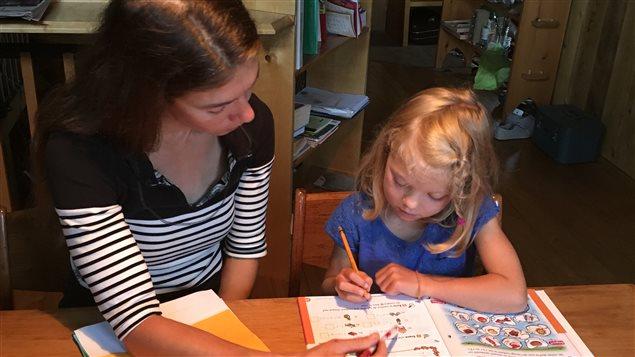 Anne Lesage et sa fille Agathe durant une séance d'école à la maison