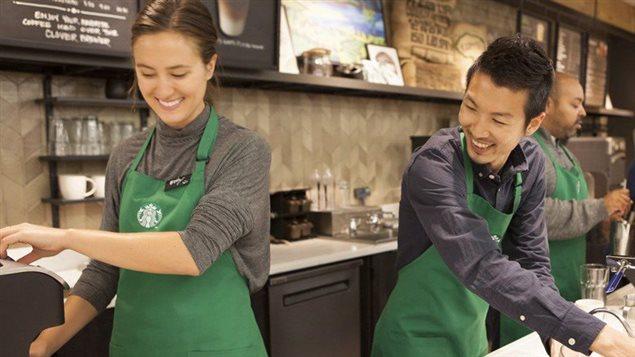 Starbucks ha flexibilizado el código vestimentario para sus empleados, permitiéndoles entre otros, a usar ropa de color debajo de sus delantales verdes.