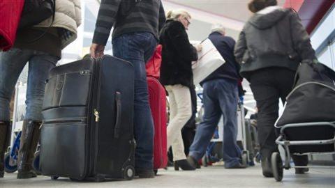 Aux États-Unis, la fouille des bagages se fait en l'absence des passagers, qui découvrent souvent que leur valise a été fouillée seulement une fois rendus à destination.Crédit photo : PC / AP Photo/Gero Breloer
