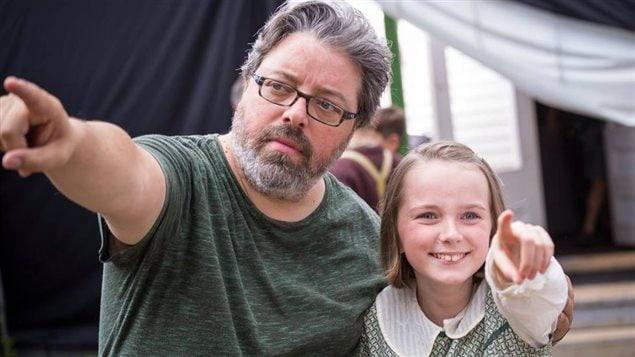 Le réalisateur Francis Leclerc et une jeune comédienne sur le plateau de « Pieds nus dans l'aube ».