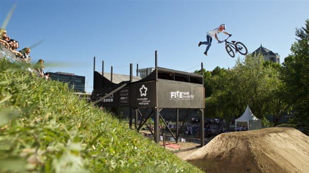 Un homme fait un saut spectaculaire en vélo BMX