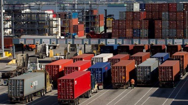 Des caissons métalliques dans le port de Vancouver