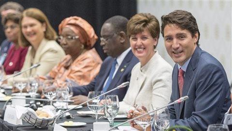 À l'avant-plan, le premier ministre canadien Justin Trudeau et la ministre du Développement international et de la Francophonie, Marie-Claude Bibeau