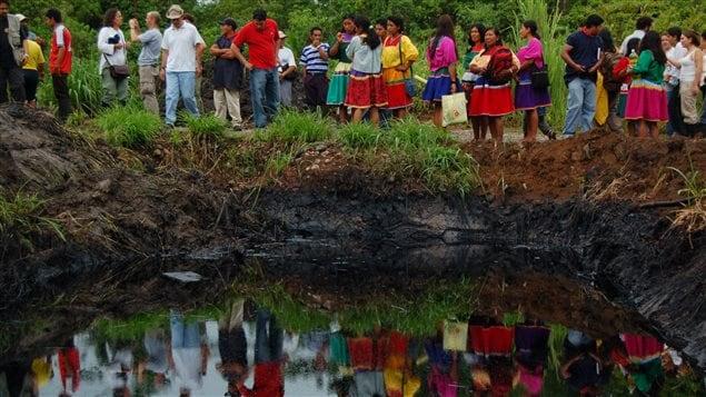 Ecuatorianos ante un derrame de petróleo de Texaco/Chevron.