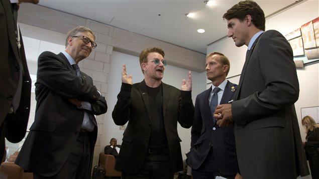 Bono, Justin Trudeau, Dr. Mark Dybul et Bill Gates, lors de la cinquième conférence de reconstitution des ressources du Fonds mondial de lutte contre le sida, la tuberculose et le paludisme.