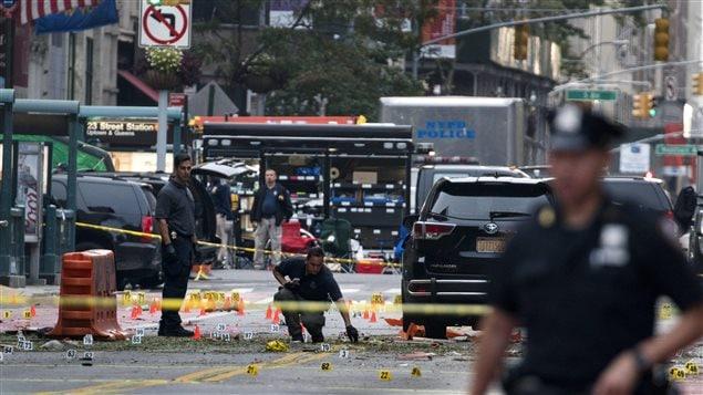 Des enquêteurs sur le lieu de l'explosion dans le quartier de Chelsea, à New York.