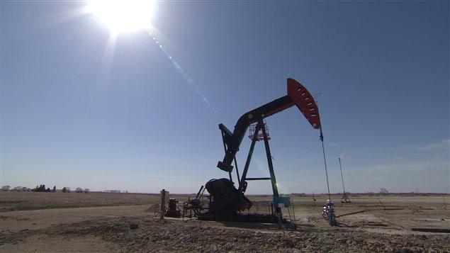 Un puits de pétrole dans un terrain désert