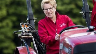 La première ministre Kathleen Wynne au volant d'un tracteur lors du concours des labours en 2014