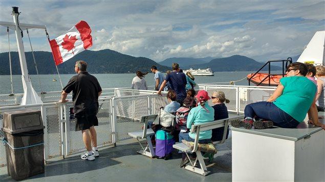 Des touristes étrangers sur un traversier en Colombie-Britannique entre Horseshoe Bay et l'île Bowen.