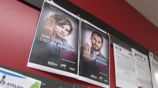 Des affiches sur le campus de l'Université du Québec en Outaouais