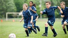 Des enfants jouent au soccer.