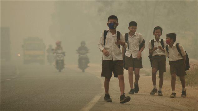 Niños regresan a casa en medio de bruma contaminante en Indonesia / Archivos 2015