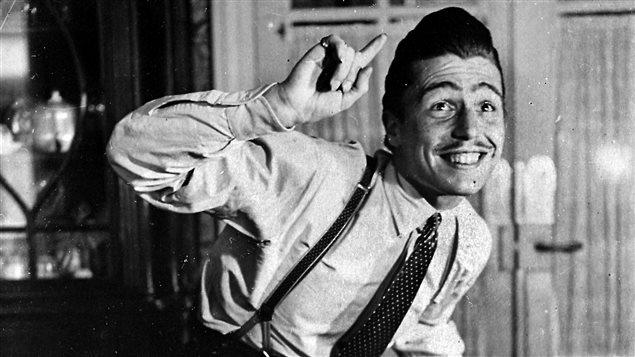 Un jeune zazou danse au son de musique jazz, vers 1943