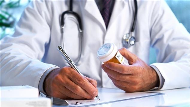 Un médecin délivre un médicament sur ordonnance.