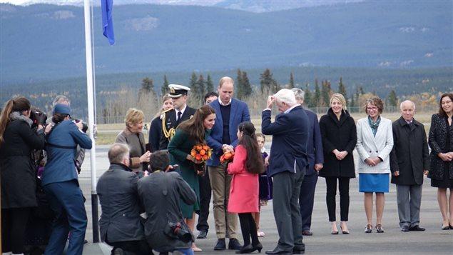 Photo du couple princier à son arrivée à Whitehorse, au Yukon