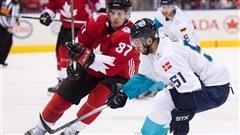 Sindey Crosby d'�quipe Canada dispute la rondelle � Frans Nielsen d'�quipe Europe lors du premier match de la finale de la Coupe du monde de hockey, le 27 septembre