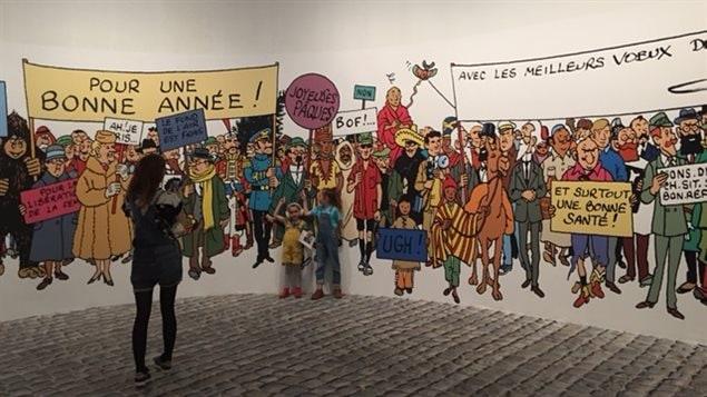 Des visiteurs de l'exposition consacrée à Hergé se fondent à travers les personnages des aventures du célèbre Tintin.