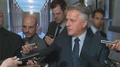 Le ministre Laurent Lessard questionn� par les journalistes de la Colline parlementaire.