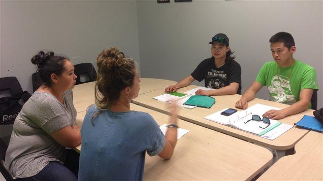 Trois étudiants inuits du Collège Montmorency avec leur conseillère en formation scolaire.
